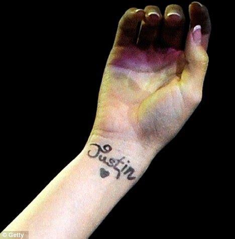 justin bieber tattoo of selena gomez name selena gomez tattoos justin bieber s name on her wrist e4pr