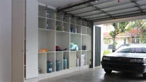 desain lemari garasi memasang rak simpan di garasi rumah