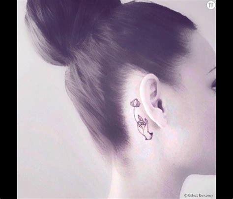tatouage derri 232 re l oreille fleur