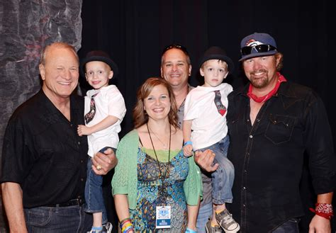 toby keith family pictures toby keith sets fundraising record with golf classic