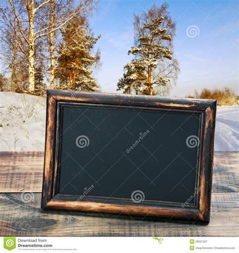 tafel mit holzrahmen leere tafel mit holzrahmen auf dem hintergrund winter