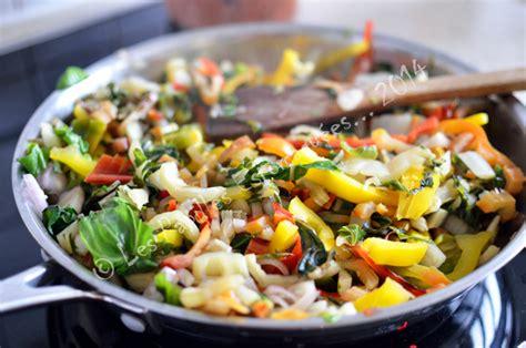 cuisiner les cotes de bettes saut 233 de c 244 tes de bettes au poivron les papilles