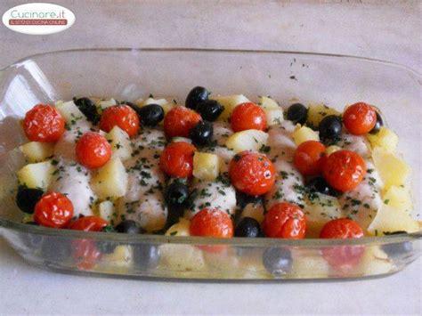 cucinare sogliole al forno merluzzo al forno con pomodorini patate e olive nere