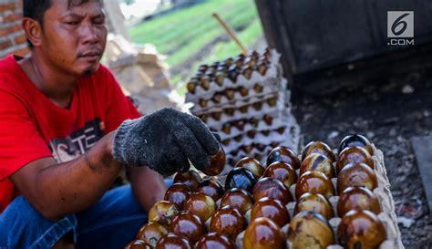 pembuatan telur asin asap melihat proses pembuatan telur asin oleh oleh khas brebes