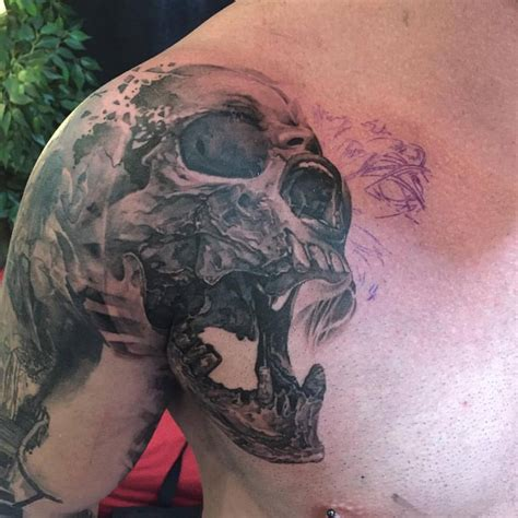 skull shoulder tattoo black ink skull in on shoulder