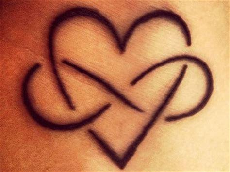 tatuaggi lettere con cuore significato simbolo cuore tatuaggio