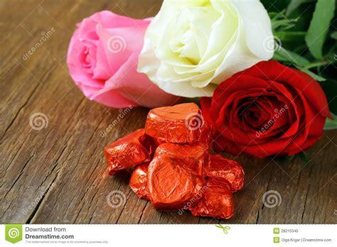 imagenes de rosas frescas rosas frescas y regalos para el d 237 a de tarjetas del d 237 a de