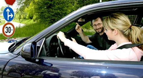 Autoversicherung Junge Fahrer by So Sparen Junge Fahrer Adac Gibt Tipps Zur Kfz Versicherung