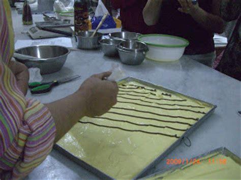membuat bolu gulung batik ncc surabaya cara membuat motif di atas adonan bolu gulung