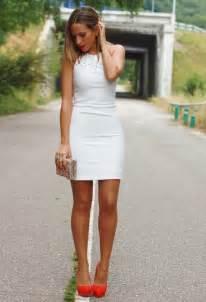 comment porter la robe blanche cet 233 t 233 5 looks 224 copier
