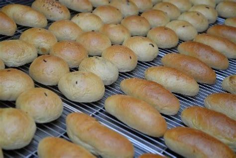Aneka Roti Manis Lezat beda dengan sari roti elfood bangga bagikan gratis ribuan roti pada kelanjutan acara 212 voa