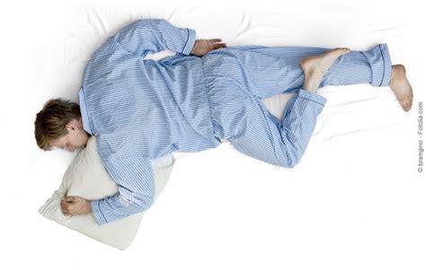 dormire abbracciati al cuscino posizione corretta per dormire bene anche in gravidanza