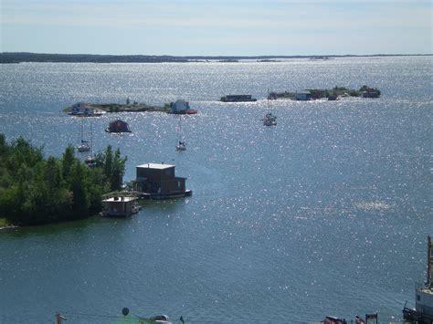 houseboat canada file yellowknife houseboats jpg wikimedia commons