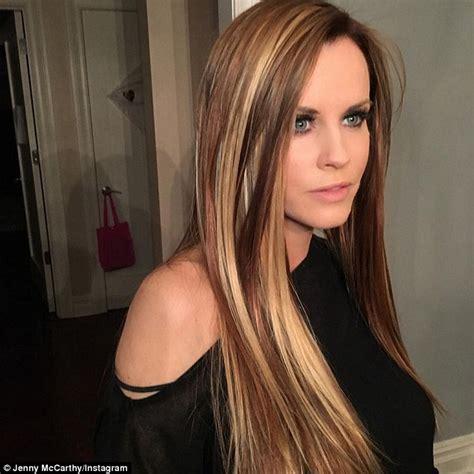 jenny mccarthy view dark hair jenny mccarthy debuts her new platinum locks honey brown