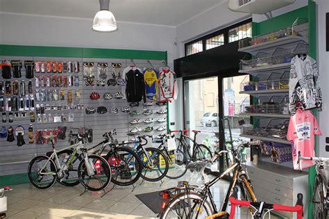 arredamenti saronno arredamento negozio biciclette saronno arredo negozio bici