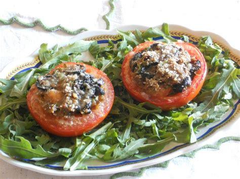 cucinare rucola pomodori al forno ripieni di pane nero olive capperi e