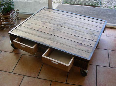 table basse industrielle en acier et palette meubles et