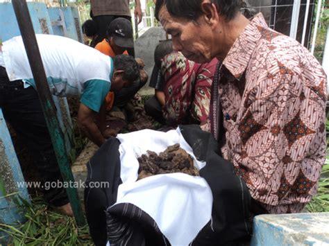 Kaos Marga Sitorus mangokal holi ritual adat batak