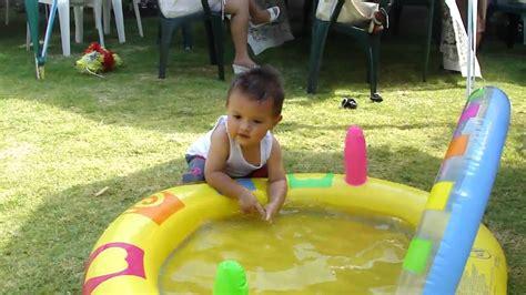 imagenes de niños jugando con agua ni 241 os jugando con agua en una alberca portatil youtube