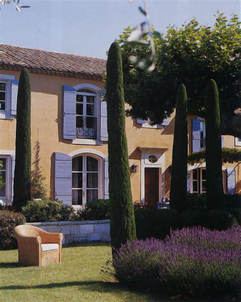 maison de provence decoration lever du jour sur une vall 233 e bleue bastide 224 r 233 my