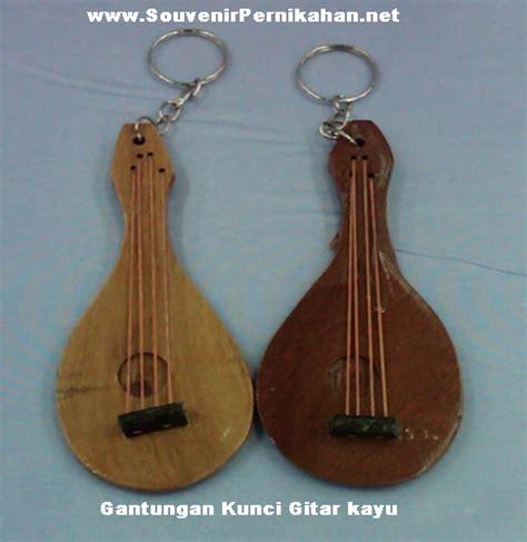 Souvenir Ganci Gitar Kayu grosir souvenir gantungan kunci gitar kayu souvenir pernikahan