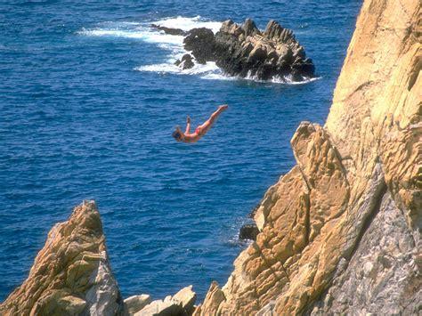 la quebrada acapulco acapulco mexico la quebrada clavadistas jumping over the