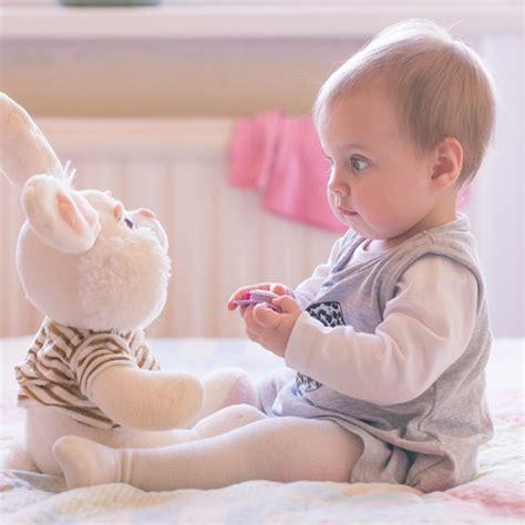 baby atmet schnell im schlaf krabbeln co die entwicklungsphasen beim baby