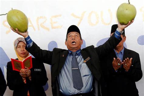 malaysian bomoh malaysia raja bomoh pledges to rid lim guan eng s new