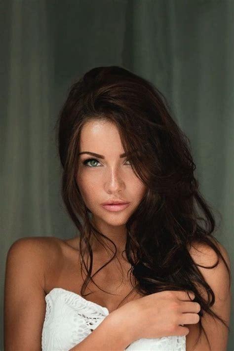 natural hairstyles brunette brunette with green eyes beautiful women pinterest