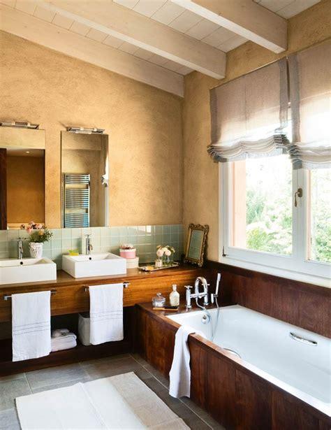 Muebles De Bano Para Debajo Del Lavabo #4: Bano-con-paredes-ocre-y-antepecho-de-baldosas-verdeagua-mueble-y-banera-revestidos-en-madera-y-suelo-de-baldosas-grises_1000x1298_038408d8.jpg