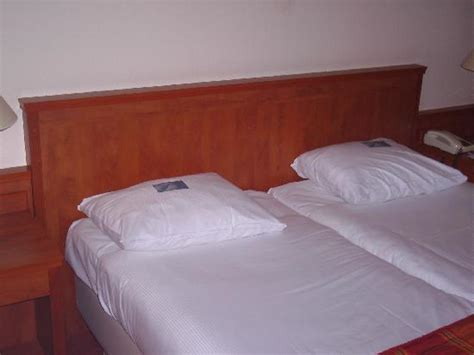 2 twin beds together european style 2 twin beds pushed together make a double