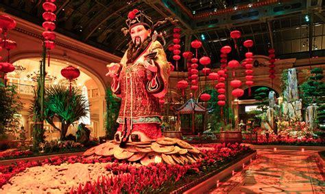 new year decorations in las vegas venue arts hotel spotlight bellagio resort casino las