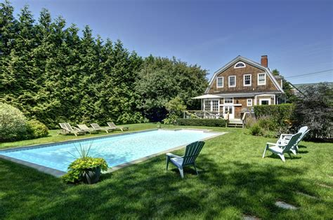 gambrel style homes 20 exles of homes with gambrel roofs photo exles