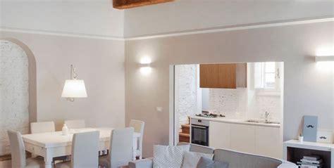 soffitti in legno con travi a vista arredamento mansarda travi a vista soluzioni arredi