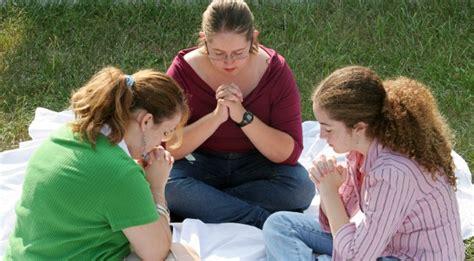 imagenes de mujeres reunidas orando 161 alerta satanistas infiltran las iglesias cristianas