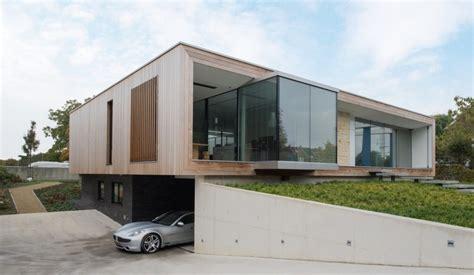 flachdachhaus design mit holzverkleidung und grossen