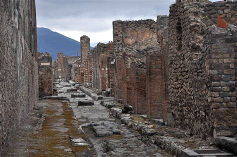 the of pompeii italy s lost city of pompeii a photojournal lyn king