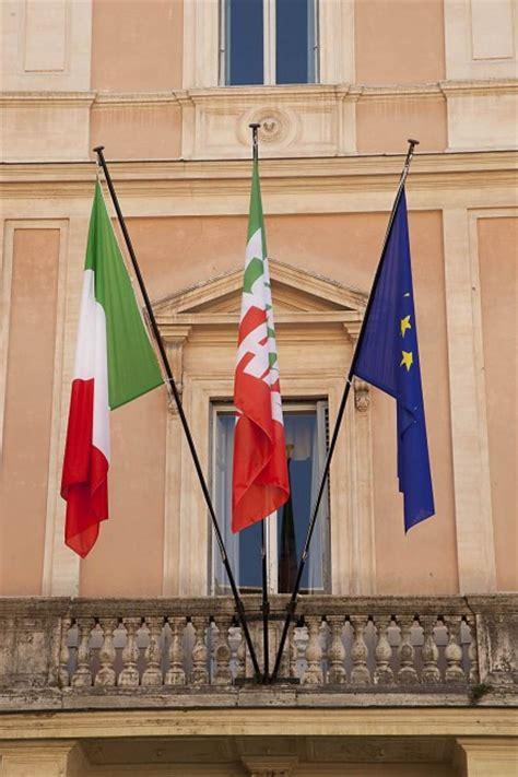 sede forza italia roma foto roma la nuova sede di forza italia bandiere in
