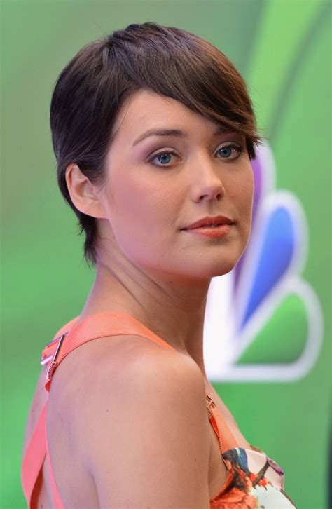 megan boone backward flow haircut megan boone photos photos red carpet at the nbc upfront