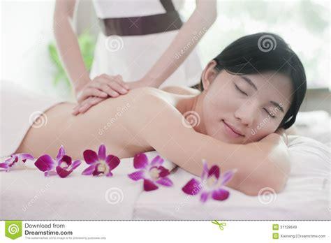 imagenes libres masajes mujeres relajadas que reciben el masaje flores im 225 genes