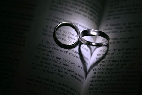 Wedding Rings On Bible by What Does The Bible Say About Wedding Rings 28 Images