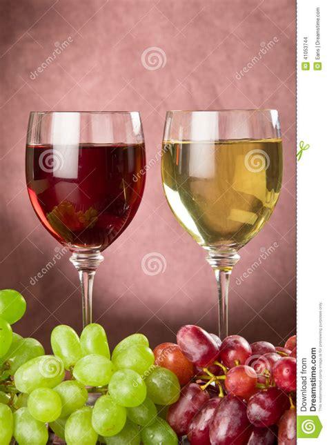 imagenes de uvas y copas copas de vino y uvas llenas foto de archivo imagen 41053744