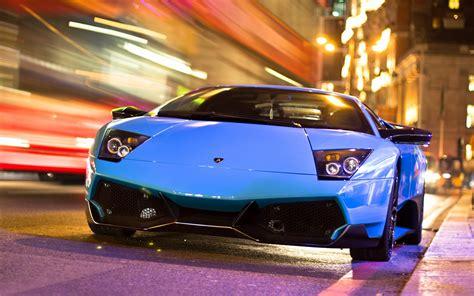 Lamborghini Estrada Lamborghini Carro Azul Na Estrada Da Noite Da Cidade