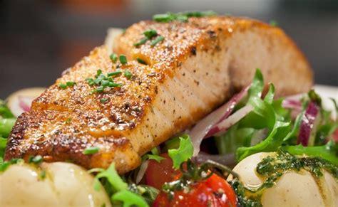 cucinare tranci di salmone al forno salmone al forno con patate e pomodorini leitv