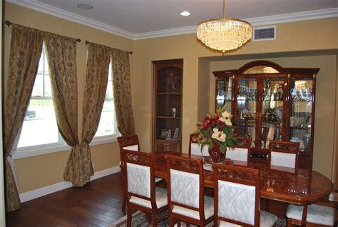 Dining Room Design Ideas with Brave Tone Decoration