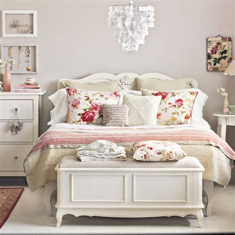 Floral Bedroom | cream and floral bedroom bedroom decorating