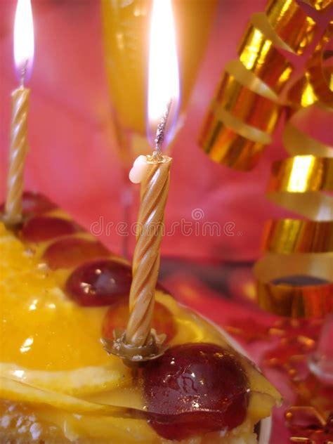 torta candele torta e candele dorate immagine stock immagine di