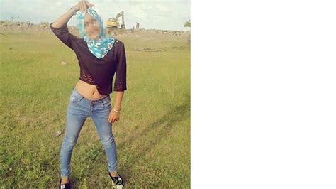 Baju Atasan Croptop Wear berhijab tapi pakai baju crop top dan berpose dengan pusar terlihat begini reaksi netizen
