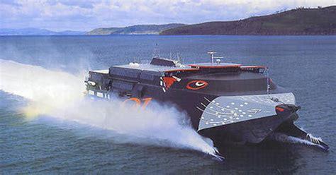 un barco es un automovil barco con motor el 233 ctrico