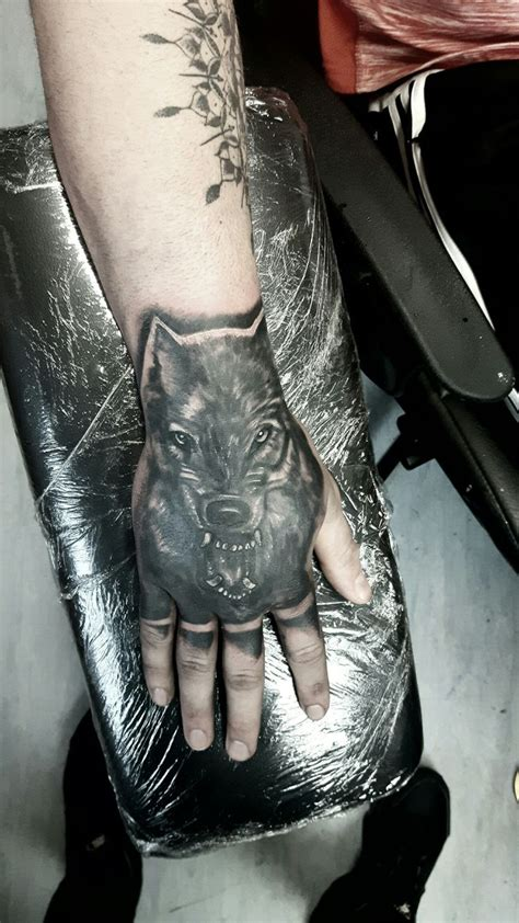 wolf hand tattoo 346 best images about tatuagem on pocket